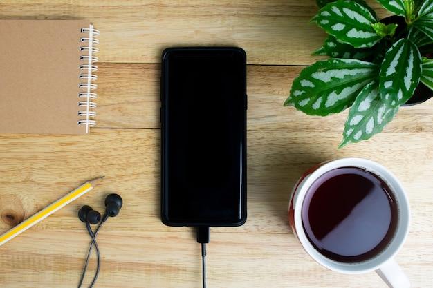 Crayon arbre pot portable et écouteurs cahier téléphone portable Photo Premium