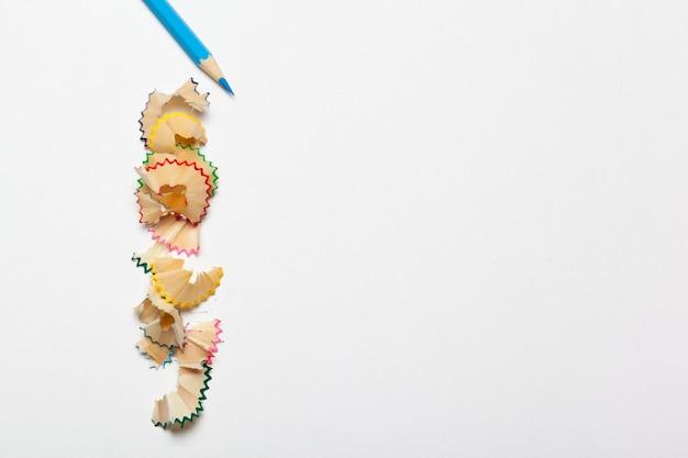 Crayon & copeaux de crayon isolés sur fond blanc Photo Premium