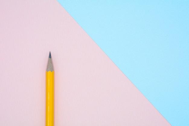 Crayon jaune sur papier bleu et rose Photo Premium