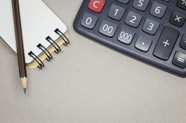 Crayon Sur Papier Et Calculatrice Photo Premium