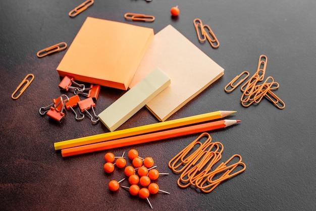 Le crayon, les trombones et les feuilles pour les marques se trouvent sur un bureau Photo Premium