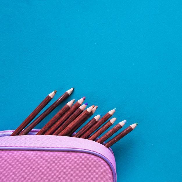 Crayons au cas où sur une surface bleue Photo gratuit