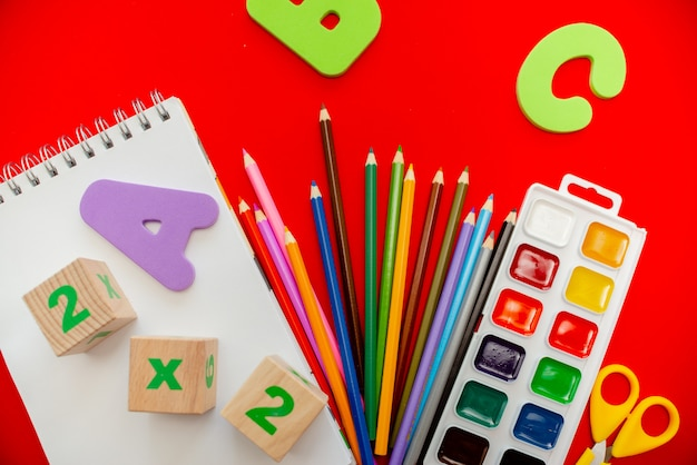 Crayons bloc-notes engourdit les aquarelles abc alphabet. Photo Premium
