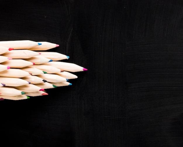 Crayons En Bois Sur Fond Noir Photo gratuit