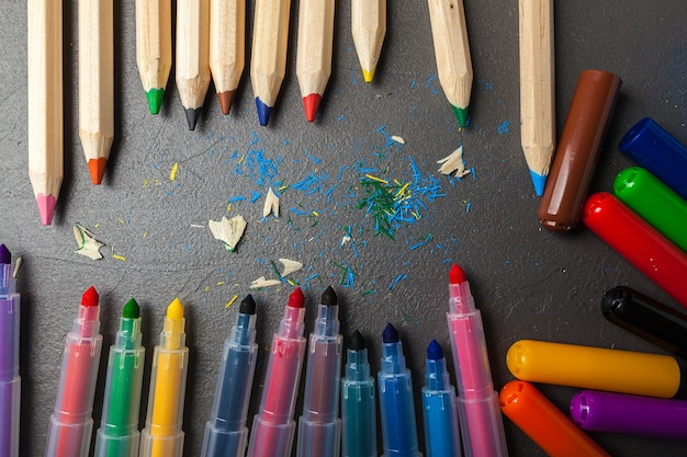 Crayons colorés sur pierre grise Photo Premium