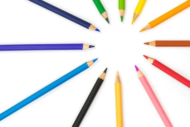 Crayons colorés pointent ensemble sur fond blanc Photo Premium