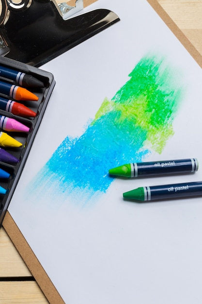 Crayons colorés sur la table en bois Photo Premium