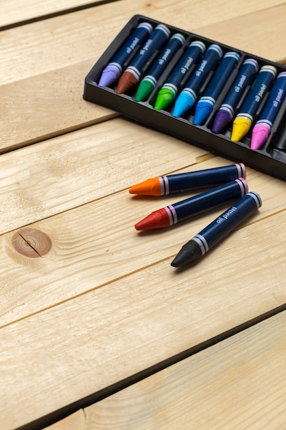 Crayons colorés sur la table en bois Photo Premium