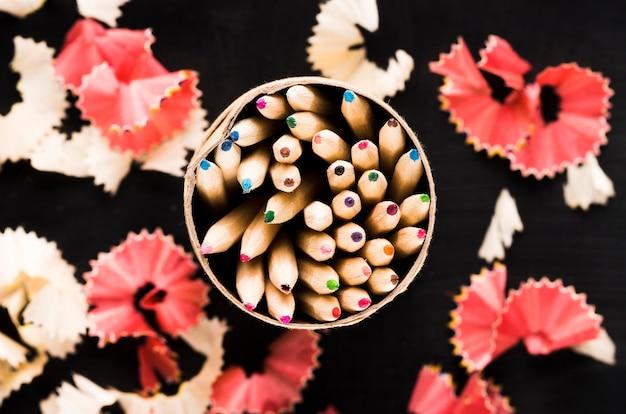 Crayons en conserve et copeaux Photo gratuit
