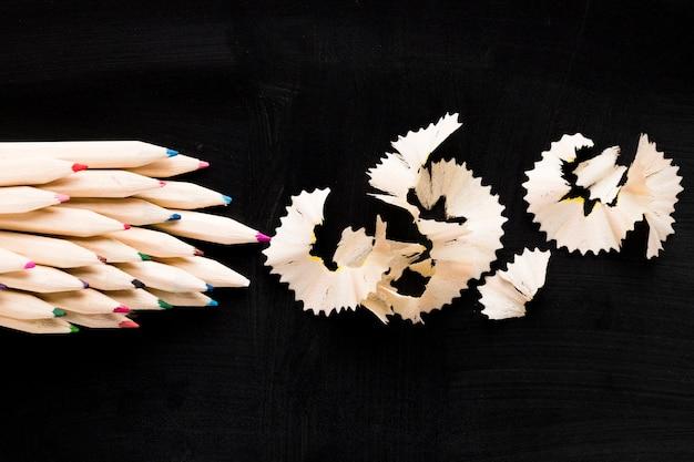 Crayons et copeaux de bois Photo gratuit