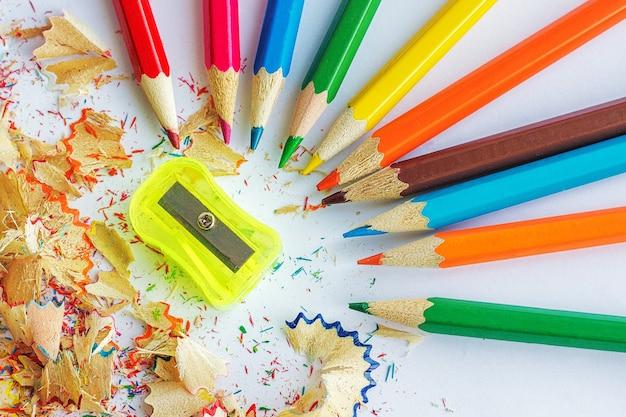 Crayons de couleur, copeaux de crayons et taille-crayon Photo Premium