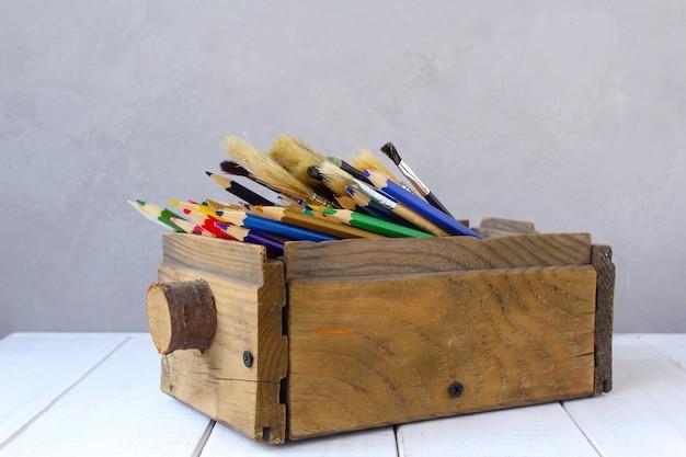 Crayons de couleur dans une boîte en bois Photo Premium
