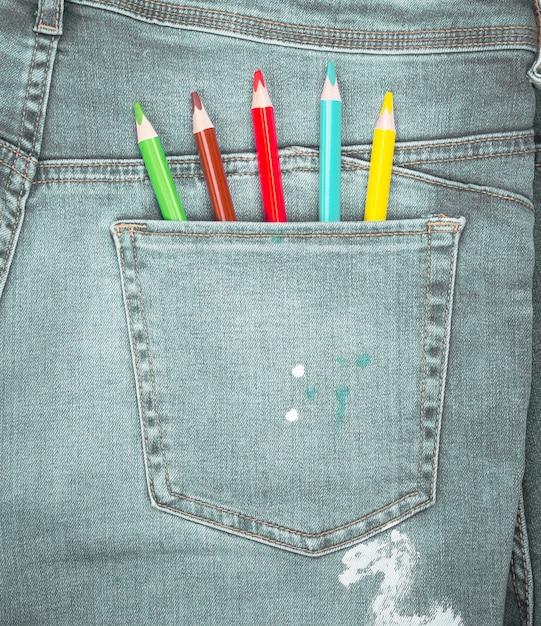 Crayons de couleur dans la poche arrière du blue jean Photo Premium