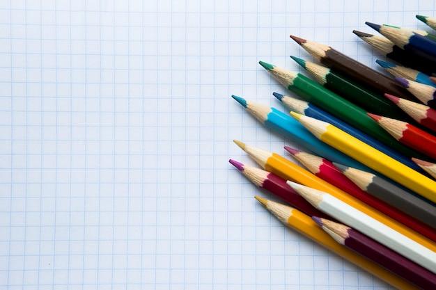 Crayons de couleur sur fond blanc avec fond Photo Premium