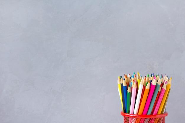 Crayons de couleur fond gris Photo Premium