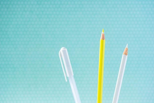Crayons de couleur sur un fond pastel à un point avec un espace pour le texte. Photo Premium