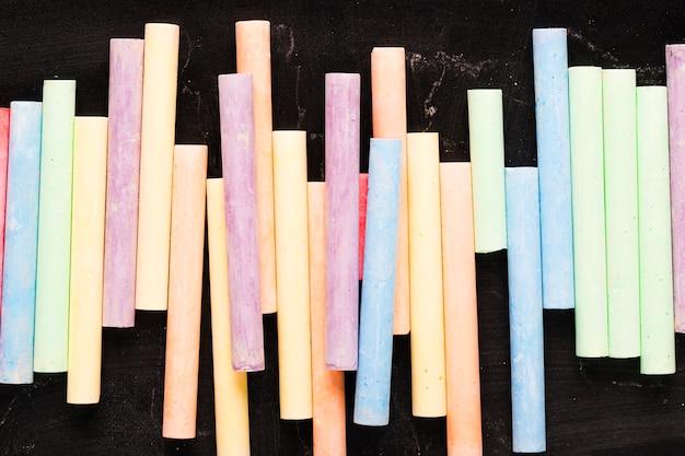 Crayons crayeux sur fond noir Photo gratuit