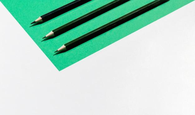 Crayons et fond d'espace de copie minimaliste Photo gratuit