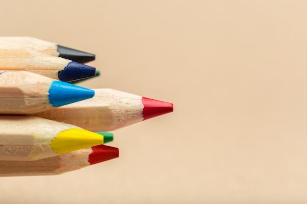 Crayons multicolores sur beige Photo Premium