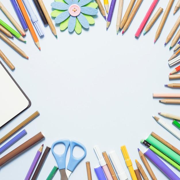 Crayons multicolores en cercle Photo gratuit