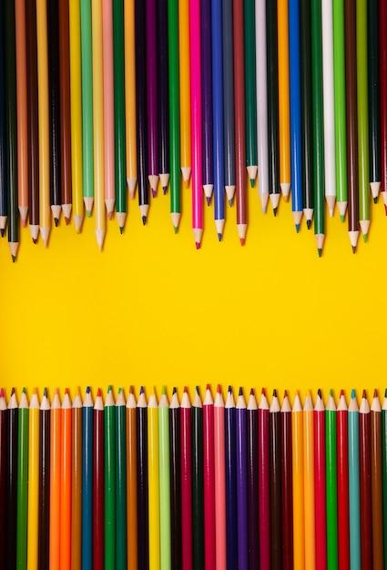 Crayons Multicolores Colorés Sur Fond Jaune. Vue De Dessus, Espace Copie Photo Premium