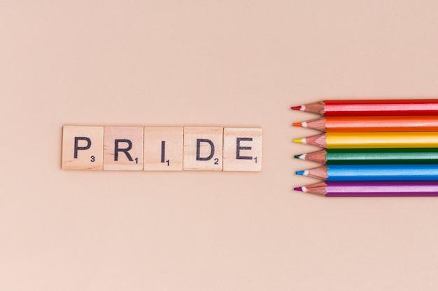 Crayons Multicolores Et Texte Pride Sur Fond Beige Photo gratuit