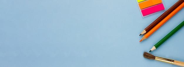 Crayons Et Notes Sur Fond Bleu Clair. Photo Premium