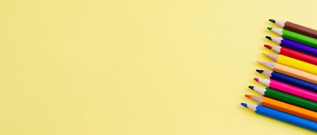Crayons Pour Dessiner Sur Fond Jaune. Photo Premium