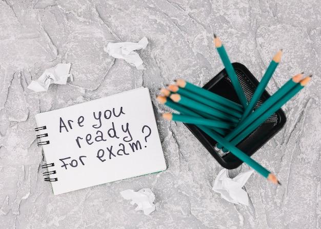 Crayons verts dans le récipient Photo gratuit