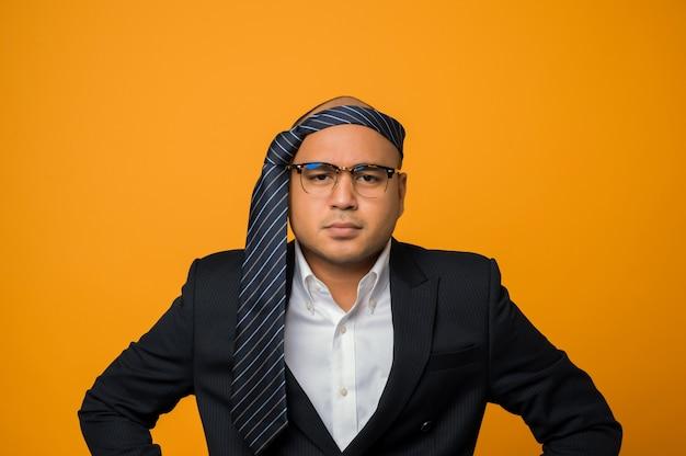 Crazy Business Homme Chauve Gueule De Bois Portant Une Cravate Sur La Tête Avec Une Expression Sérieuse Sur Le Visage Photo Premium