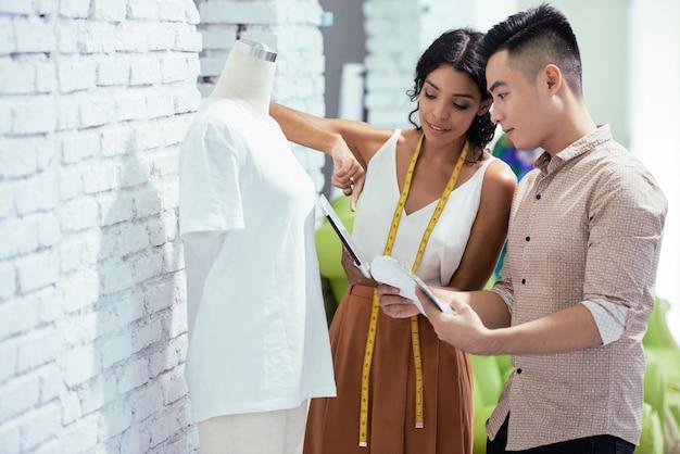 Créateurs De Mode Travaillant Sur Une Nouvelle Collection Photo gratuit