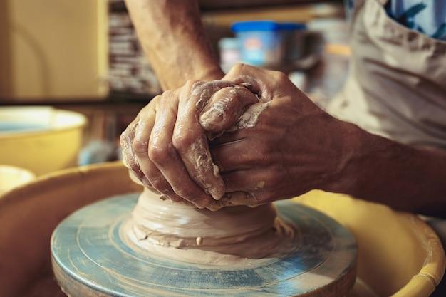 Création D'un Pot Ou D'un Vase D'argile Blanche En Gros Plan. Maître Pot. Photo gratuit