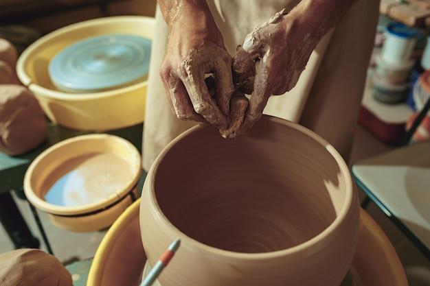 Création D'un Pot Ou D'un Vase En Gros Plan D'argile Blanche. Maître Crock. Photo gratuit