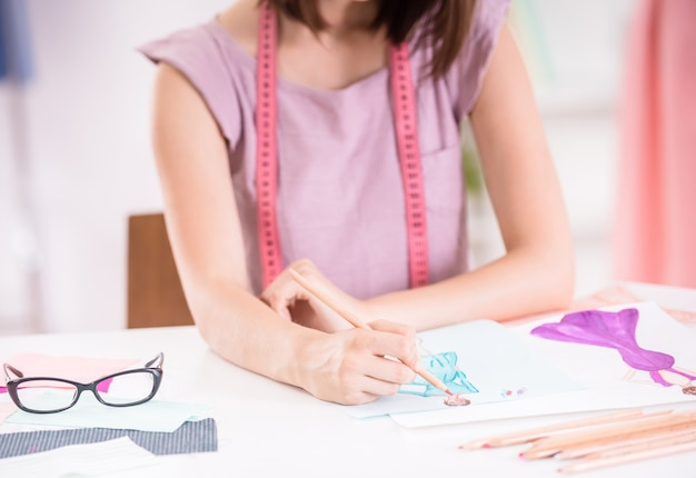 Créatrice de mode féminine travaillant dans un studio d'habillement. Photo Premium