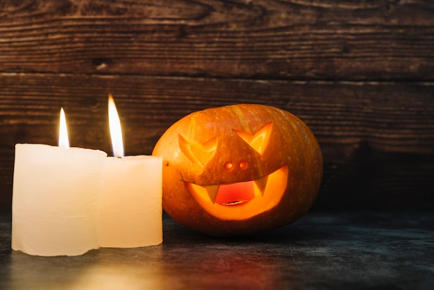 Creepy illuminant halloween citrouille et bougies Photo gratuit