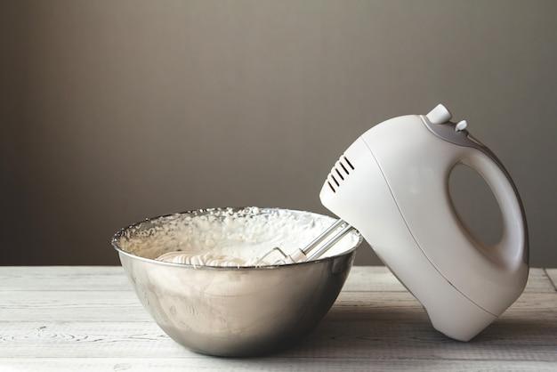Crème Au Beurre Blanc Dans Un Bol En Métal Photo Premium