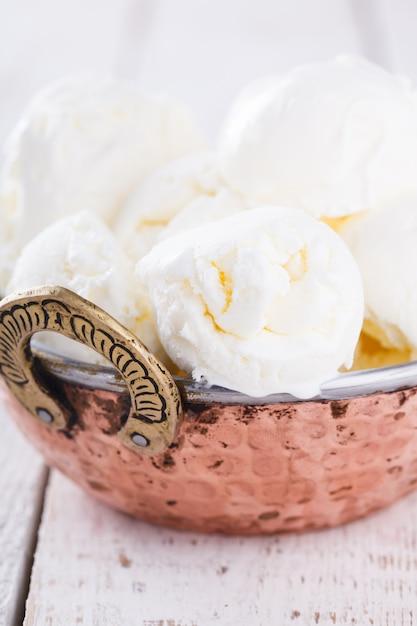 Crème blanche, boules de crème glacée. dessert sucré d'été. Photo Premium
