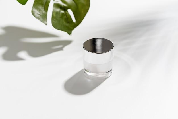 Crème blanche en bouteille, maquette de la marque de produits de beauté Photo Premium