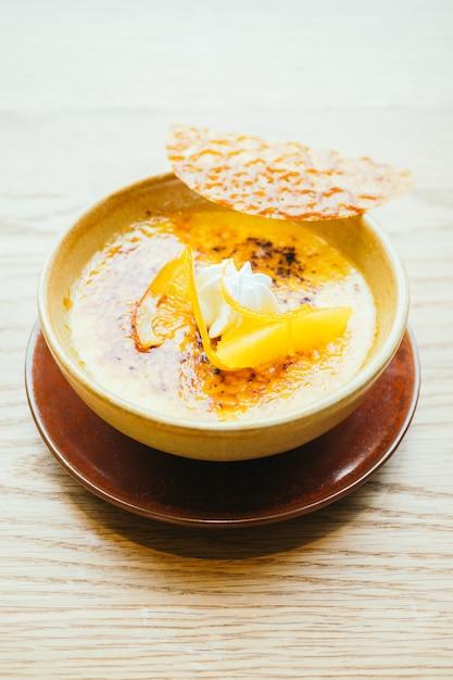 Crème catalane à l'orange Photo gratuit