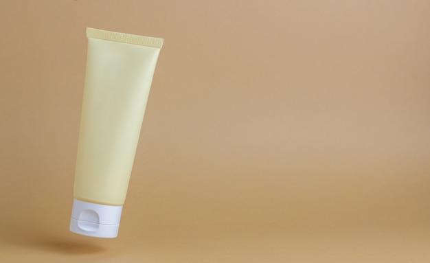 Crème Cosmétique Dans Un Tube. Cosmétiques Naturels. Soin De La Peau. Photo Premium