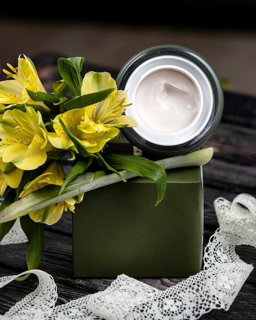 Crème avec des fleurs sur la table Photo gratuit