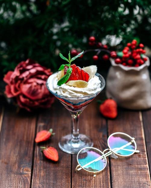 Crème garnie de fruits variés Photo gratuit