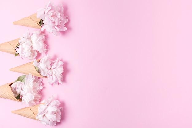 Crème Glacée Abstraite Avec Bouquet De Fleurs Et Espace Copie Photo gratuit