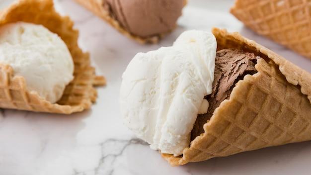 Crème glacée au chocolat vanille dans des cornets de gaufres Photo gratuit