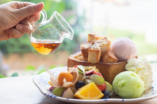 Crème glacée aux fruits et au miel Photo Premium