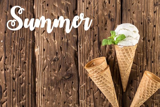 Crème glacée blanche vue de dessus dans le cône de la gaufre sur fond rustique Photo Premium