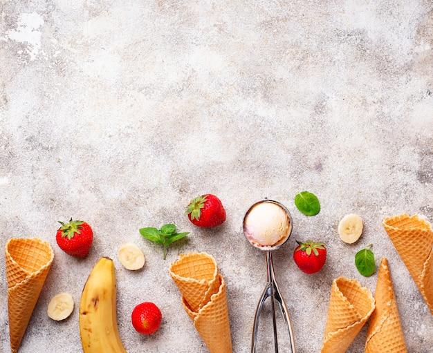 Crème glacée à la fraise et à la banane Photo Premium