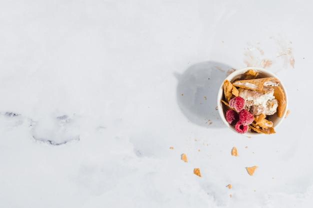 Crème glacée à la framboise et gaufrette Photo gratuit