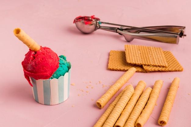 Crème glacée, gaufres et cuillère à servir Photo gratuit