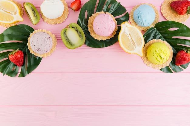 Crème glacée, gaufrettes et fruits exotiques Photo gratuit
